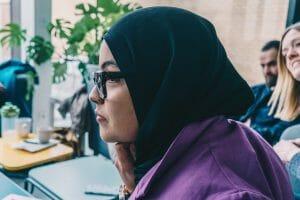 Imane luistert naar een verhaal tijdens een workshop van Hallo micro, een project van FMDO vzw. CR Charlotte Vandendwije